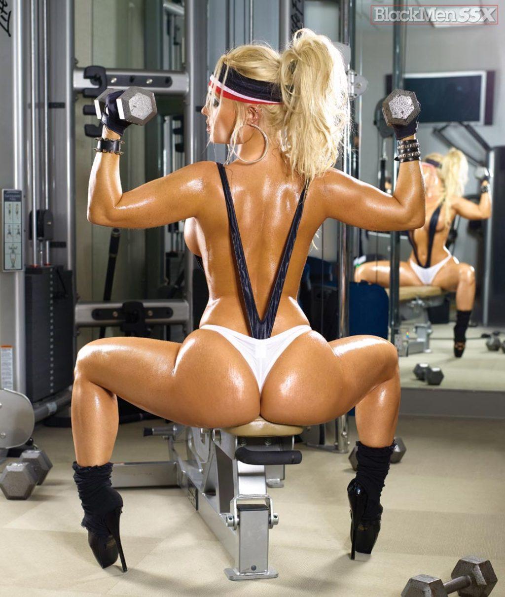 Секс в спортзале на матах 5 фотография